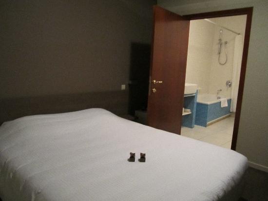Hotel Restaurant Loreto: Habitación y baño
