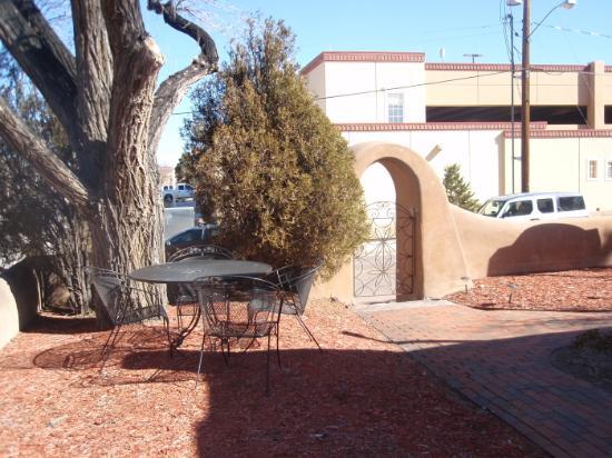 Inn at Pueblo Bonito Santa Fe: The yard at Pueblo Bonito