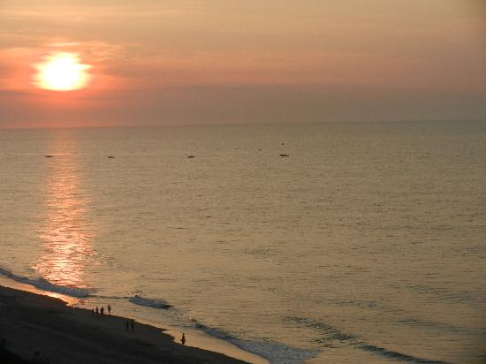 Hampton Inn & Suites Myrtle Beach/Oceanfront: Sunrise from our room