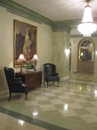 Knickerbocker on the Lake: Lobby sitting area