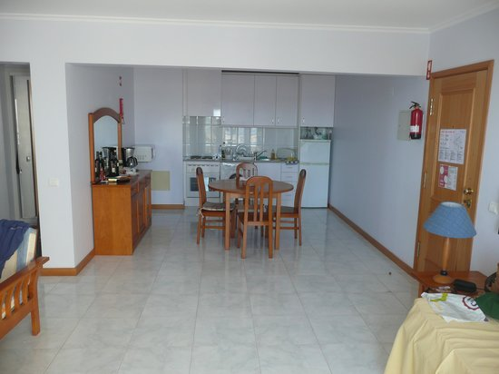 Apartamentos Jardins da Rocha: kitchen-dining