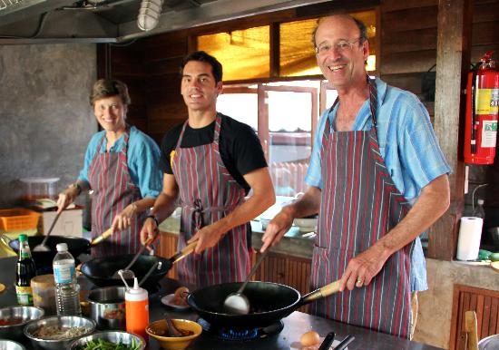 Dash! Restaurant and Bar: Our class of 3, attempting phad thai