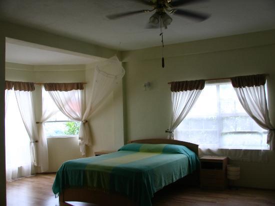 Grenada Gold Guest Apartments: La chambre principale