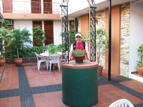 Hotel Holimasu: Patio de  hotel