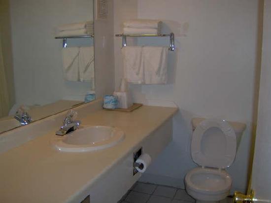 Capital Inn: Clean Bathrooms