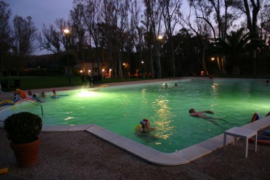 Sardara, Ιταλία: La piscina termale alla sera