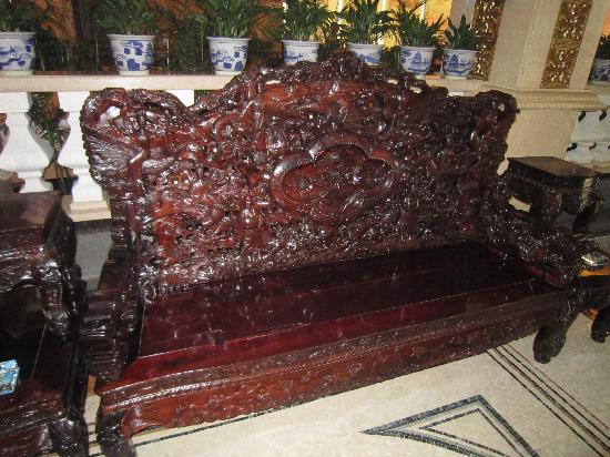 Vienna Hotel Shenzhen Minzhi: Beautiful Carved Bench in Lobby