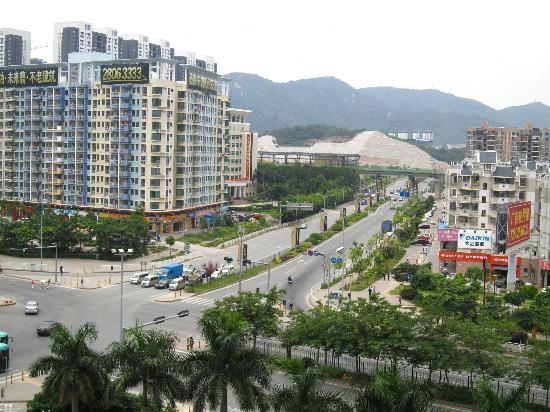 Vienna Hotel Shenzhen Minzhi: View from Street-Facing Room