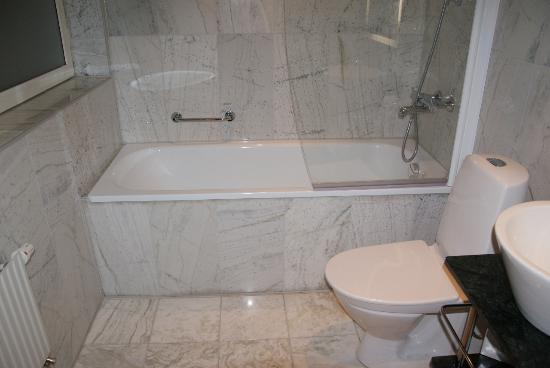 Elite Plaza Hotel Malmo: Large bright bathroom with bathtub.