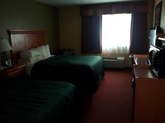 Motel 6 South Hutchinson, KS: Bad picture, good beds