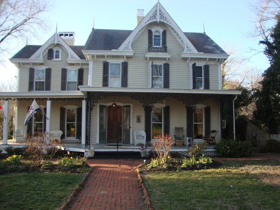 River House Inn : Front view of the B&B
