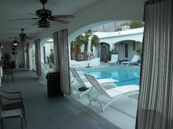 POSH Palm Springs Inn: Hall