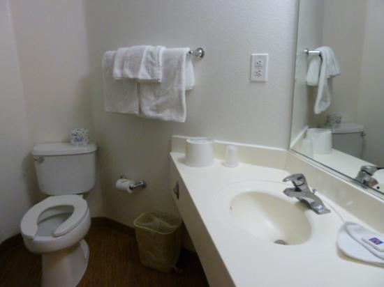 Motel 6 Albuquerque North: clean bathroom, with tub and shower