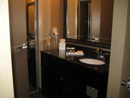 Riverwind Hotel: Bathroom with granite counter, mirrored closet doors, room safe, double shower and soaking tub