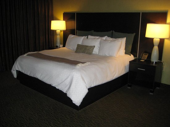 Riverwind Hotel : King size bed with Sealy mattress and boutique linens