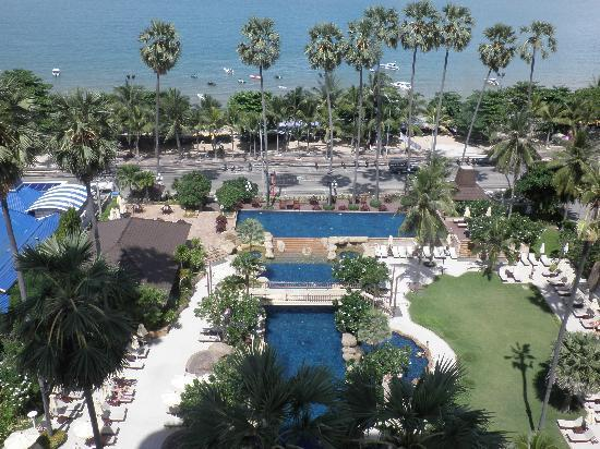 Jomtien Palm Beach Hotel & Resort: view from our room - pool and beach