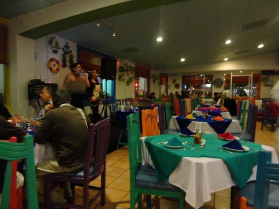 Los Arcos Restaurant: Large colorful space