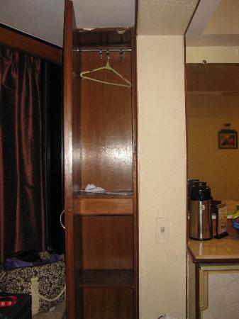 Hotel Executive Enclave : total cupboard space for the room