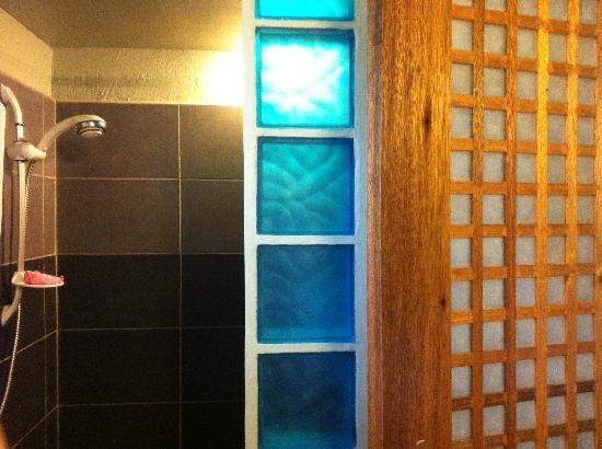 L'Elephant Bleu Cottages: Excellent bathroom