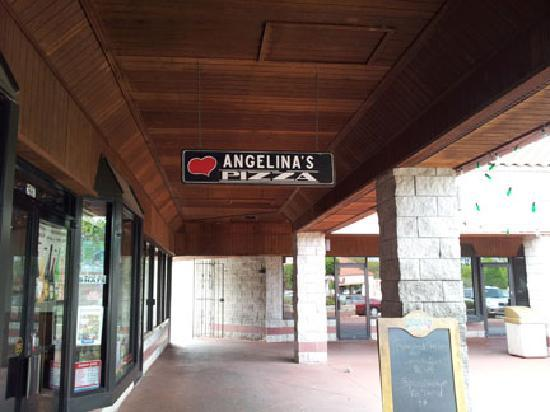 Angelina's Pizzeria: Entrance