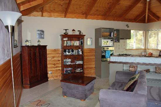 Cape Howe Cottages: Kings Den - Kitchen, Dining and Lounge Room