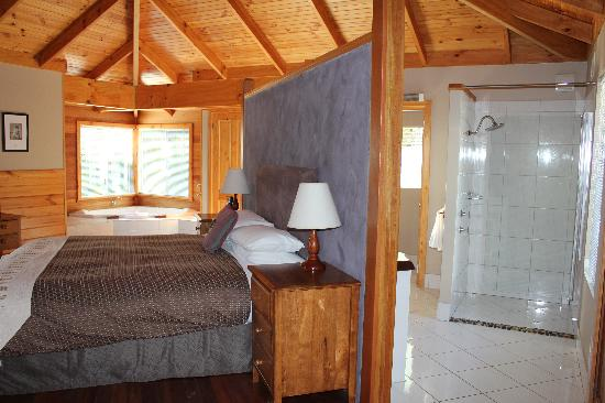 Cape Howe Cottages: Kings Den - Bedroom, Bathroom and Laundry area