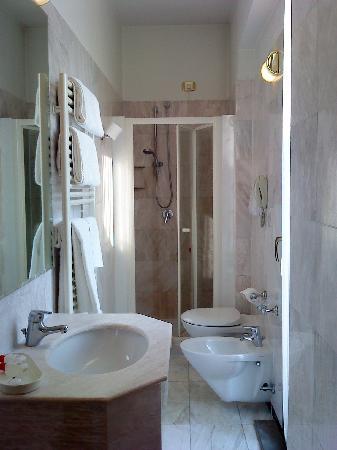 Mythos Hotel: shower room