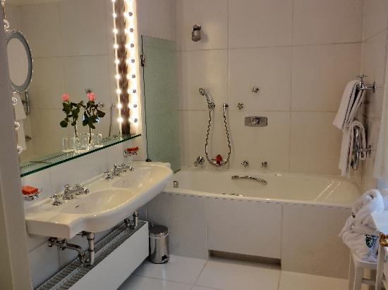 mein badezimmer mit tageslicht bild von brenners park. Black Bedroom Furniture Sets. Home Design Ideas