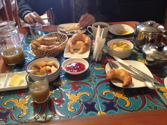 Hostal Cerro Alegre: amazing breakfast! mmm!