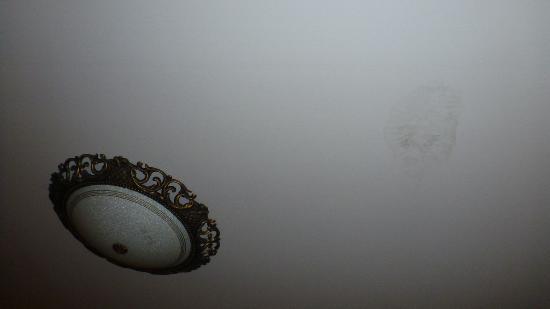Riviera Resort Pattaya: stain on the  roof wall (standard room)
