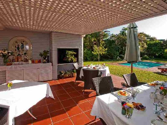 The Knysna Belle: Breakfast is served overlooking the pool and bird filled garden