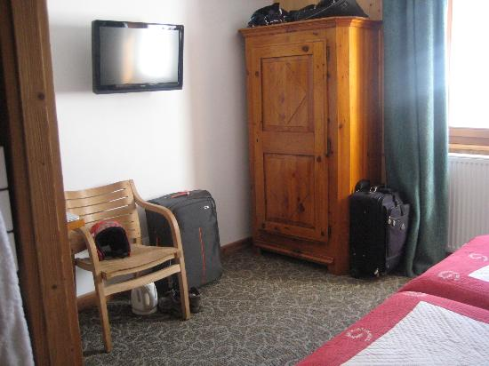 Hotel Bellier : Rest of room - TV and Wardrobe