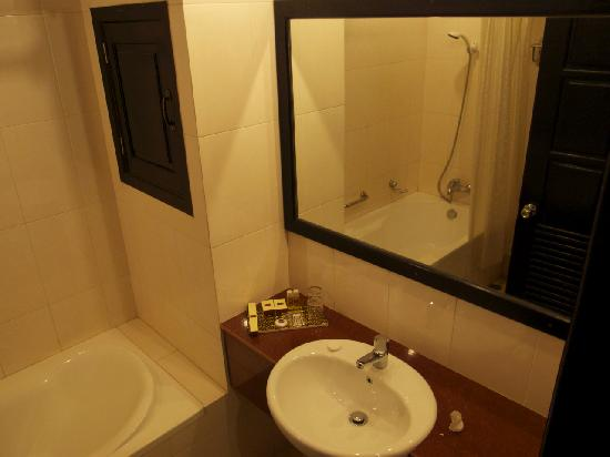Claremont Angkor Boutique Hotel: weak shower, poor hot water