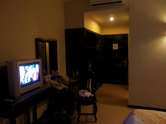 Claremont Angkor Boutique Hotel: old CRT TV