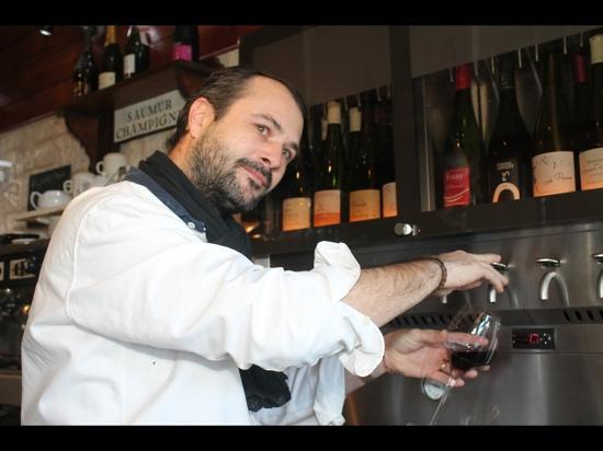 La Brasserie du Port: denis à votre service pour le vin...
