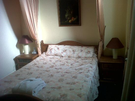 Hotel Maria Luisa: La habitación era minima