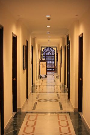 Taj SMS Hotel: Corridor with guest rooms on both sides