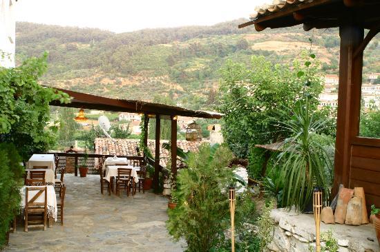 Kirkinca Arsipel Restaurant: bahçede yemek keyfi