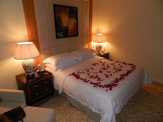 Four Seasons Hotel Beirut: Premium room King Size Bed.