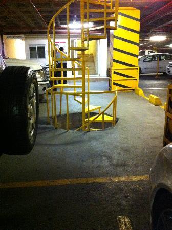 LQ Hotel by La Quinta Monterrey Centro : Escalera entre niveles de estacionamiento