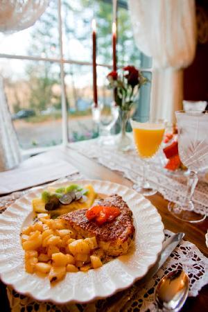Applewood Manor Inn Bed & Breakfast : Signature Breakfast Entree