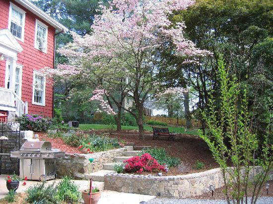 Applewood Manor Inn Bed & Breakfast : Stroll the Grounds