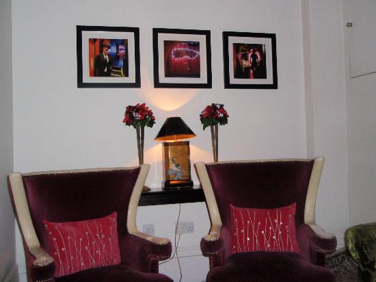 The Tophams Hotel Belgravia: One of the comfortabele sitting rooms
