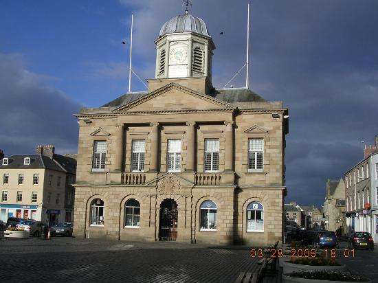 Cross Keys Hotel: Kelso Town Hall on the Square