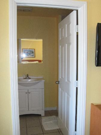 Knights Inn Santa Cruz Beach/ Boardwalk: Bathroom vanity - all new