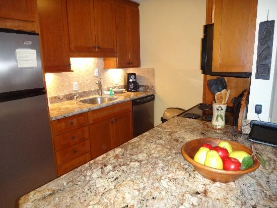 Kauhale Makai, Village by the Sea : Unit 627 kitchen