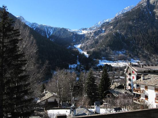 Hotel Les Jumeaux Courmayeur: From the room looking to the slopes
