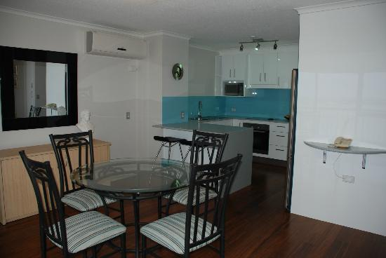Palmerston Tower Apartments: 14b Dining room looking to kitchen/brunch bar area