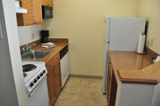 TownePlace Suites Denver West/Federal Center : The kitchenette was compact but clean with all the items needed for simple cooking.