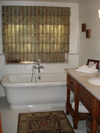 Hermosa Inn: Our bathroom in the Grande Casita